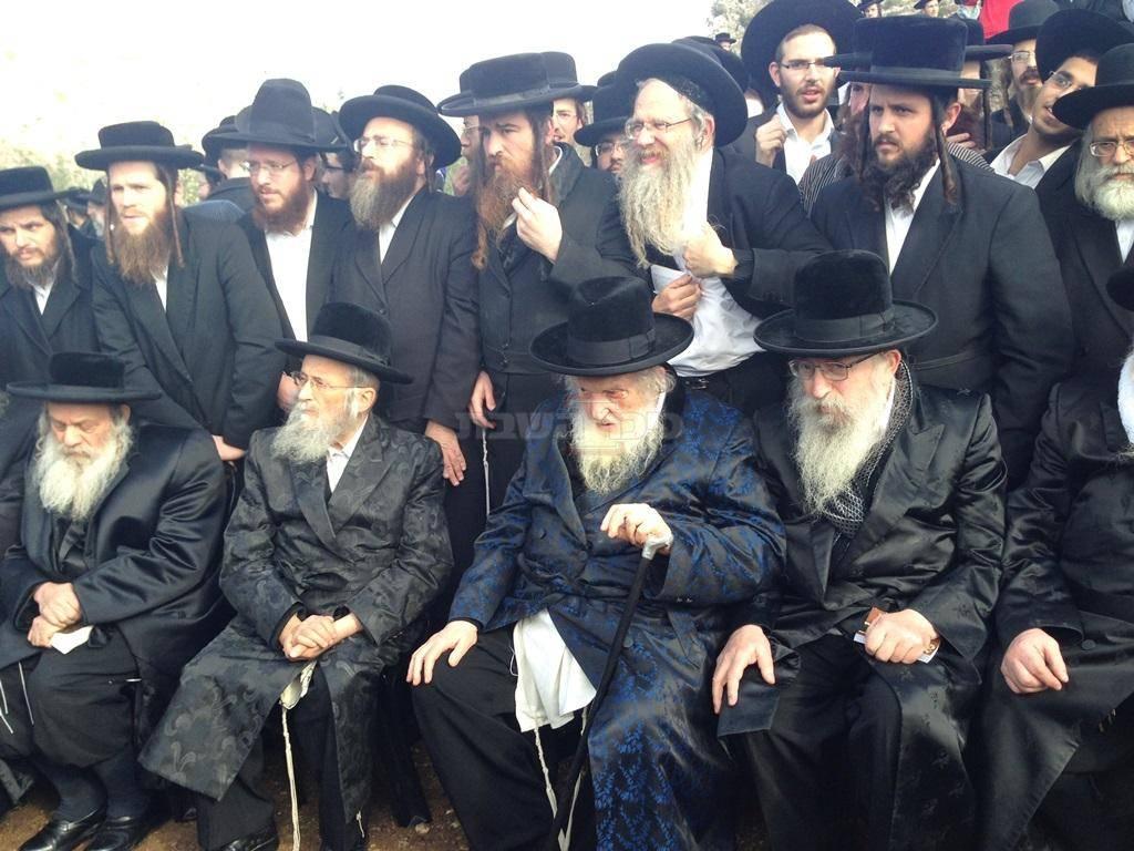 ראשון מימין, עם חברי הבד''ץ במחאה מול כלא סרבן גיוס (צילום: ישי כהן)