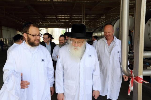 """פיקוח רבני ומשגיחי בד""""ץ אגודת ישראל במחלבת טרה. צילום: יעקב נחומי"""