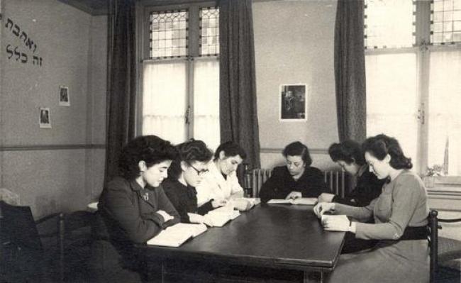 נשים לומדות תורה במחנה עקורים