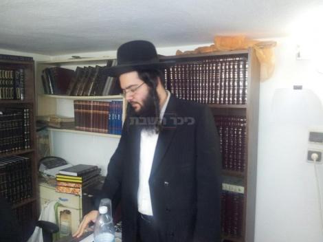 הרב עמוס לביא בחדרו. צילום: אלי ג'אן, כיכר השבת
