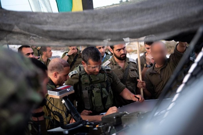 """הערכת המצב שקיים מפקד החטיבה המרחבית """"שומרון"""", אלוף-משנה רועי צוויג בזירת הפיגוע:"""