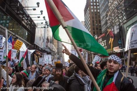 בצוותא עם מפגינים פלסטינים