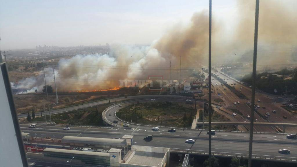 האש בראשון לציון (צילום: דוברות כבאות מרכז)