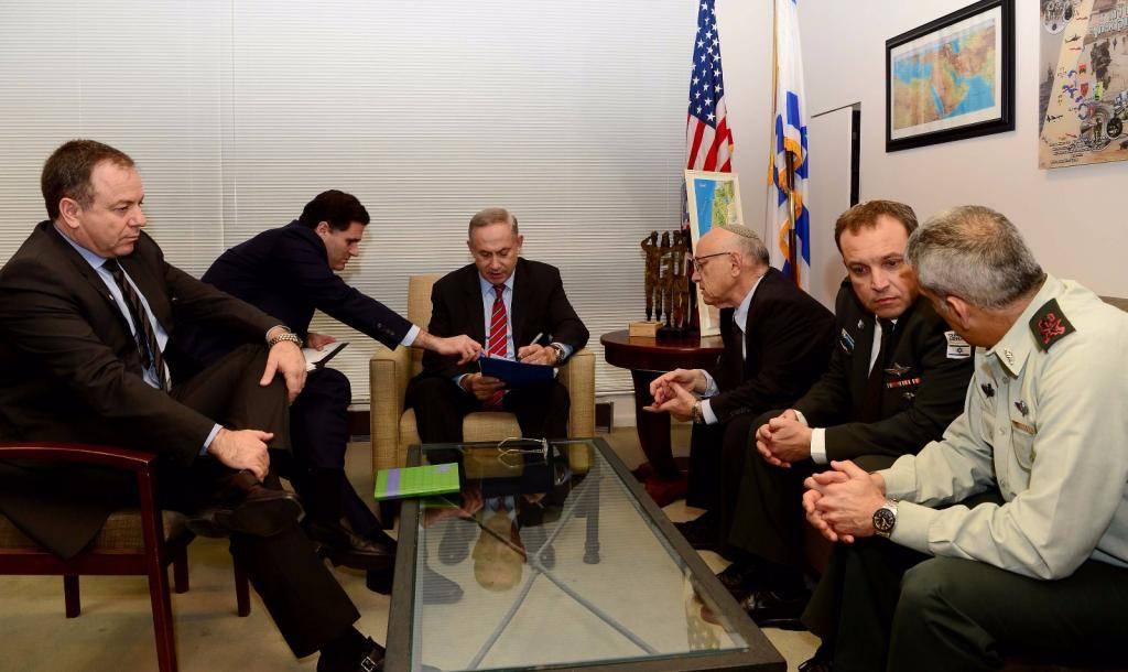 ראש הממשלה בהתייעצויות עם צוותו בשגרירות (צילום: אבי אוחיון, לע''מ)