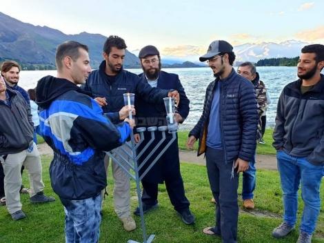 """שליחי חב""""ד בניו זילנד הדליקו את הנר הראשון של חנוכה בלייק וואנאקה"""