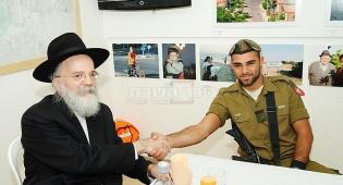 """שוב: רבנים מעניקים כסף לחיילי צה""""ל"""