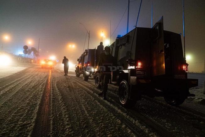 """חיילי החטיבה המרחבית """"עציון"""" מחלצים רכבים שנתקעו בכבישים המושלגים"""