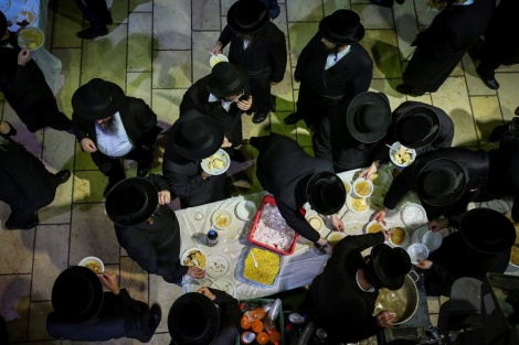 """פינת אוכל למשתתפים בתפילה המונית בקבר רשב""""י במירון (צילום: דוד כהן, פלאש 90)"""