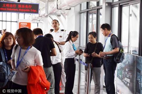 הנוסעים ממתינים לעלייה לספינה