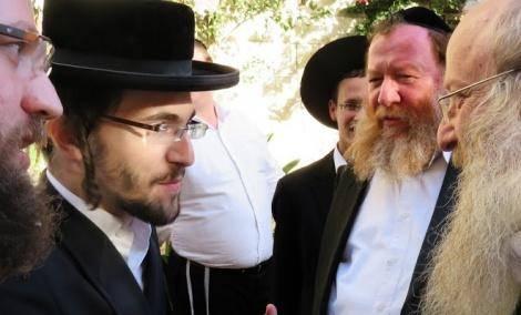 בחור הישיבה אברהם שטרן, משמאל. בעקבות מעצרו נערכו ההפגנות (באדיבות המצלם)