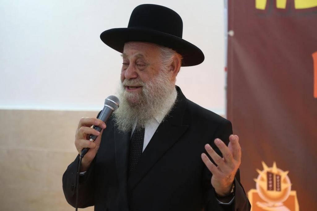 2.רבה הראשי של אשדוד, הרב שיינין, מברך את הניצולות ואת ילדיהן