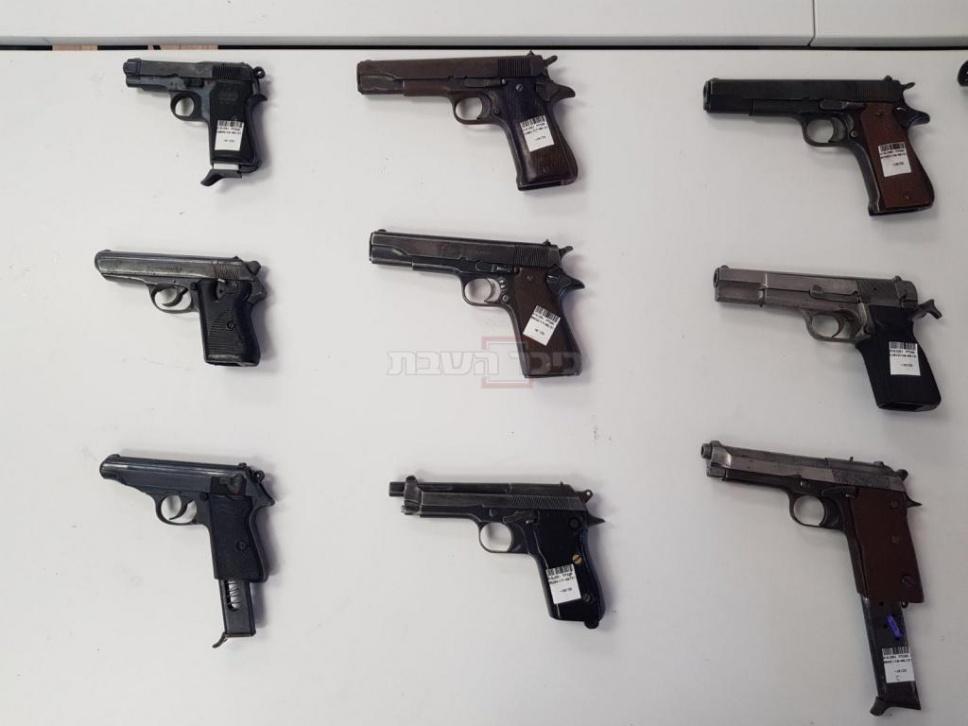 אקדחים שנרכשו בידי הסוכן (צילום: דוברות המשטרה)
