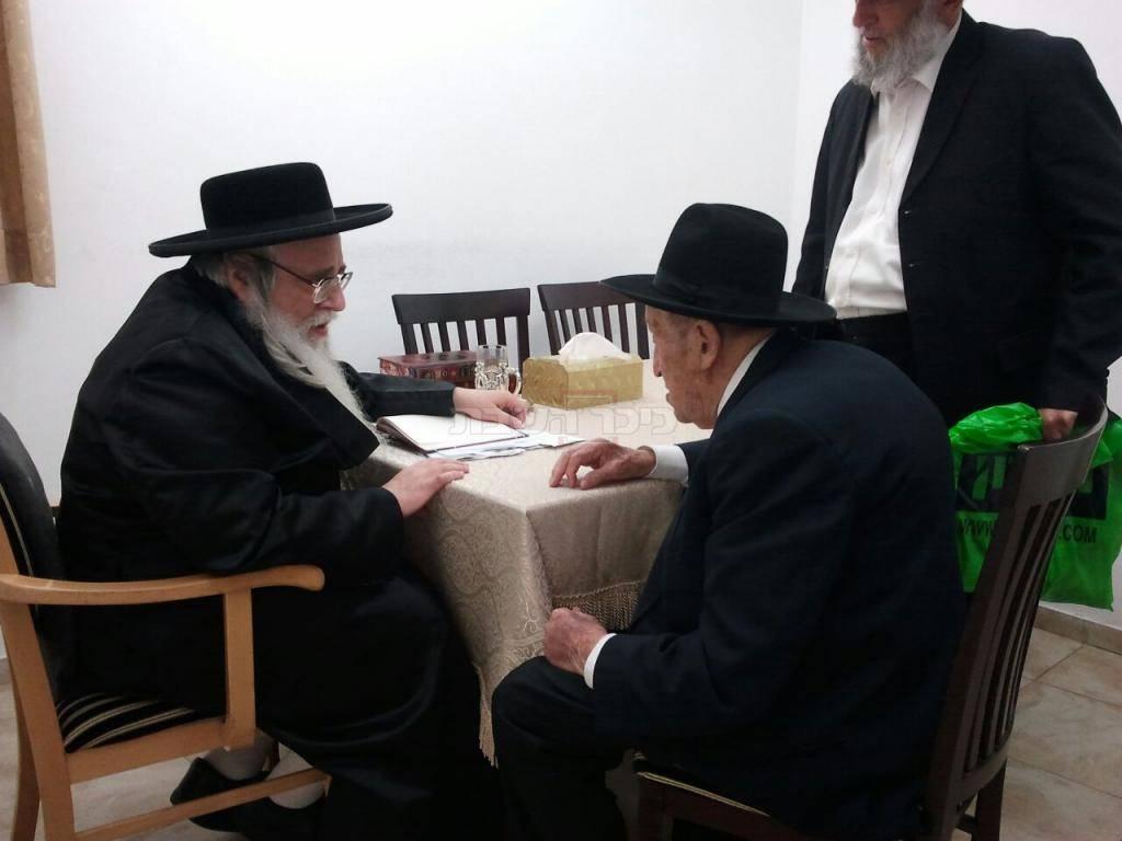 ר' נח גרשוני עם הרבי מצאנז (צילום: משה גולדשטיין)