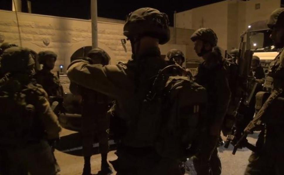 התדרוך לפני היציאה למעצר (צילום: כיכר השבת) (צילום ועריכה: הני הרשלר / שורטקאט מדיה)