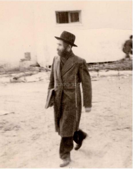 """ליד ישיבת פוניבז' לצעירים (צילום: באדיבות הספר """"רבי אהרן לייב"""")"""