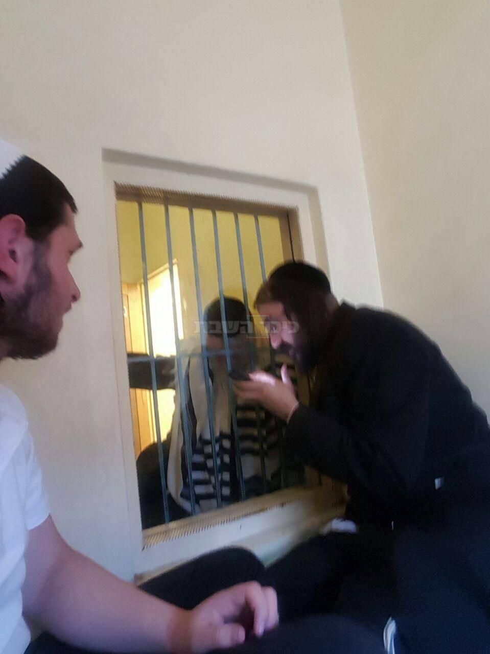 הרב ברלנד בכלא עם שני הגבאים