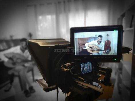הזמר זיו יחזקאל מצולם לסרטון