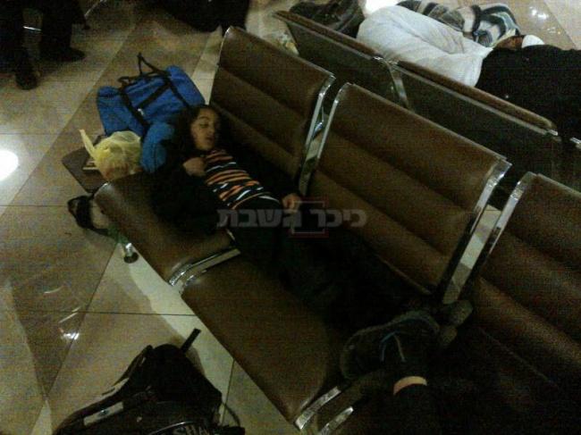 ילדים ישנים בטרמינל F