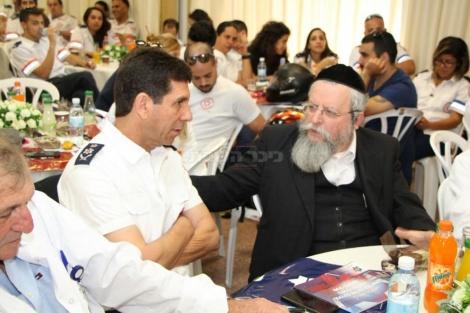 """הרב פירר (מימין) ומנכ""""ל מד""""א אלי בין, צילום: חזקי גרוסבר"""
