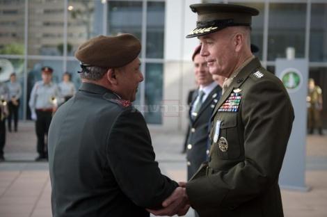 """מתוך משמר הכבוד ליושב ראש המטות המשולבים של צבא ארה""""ב, גנרל ג'וזף דנפורד"""