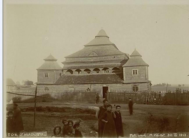 המתפללים היהודים בראשהשנה האחרון לפני שנחרב בית הכנסת (צילום: ארכיון שמואל אברהם פוזננסקי, הספרייה הלאומית)
