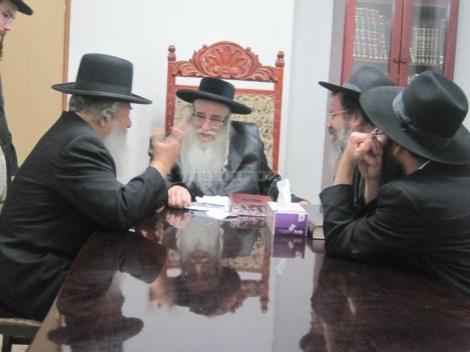 """ראש הישיבה עם האדמו""""ר מצאנז (צילום: משה גולדשטיין)"""