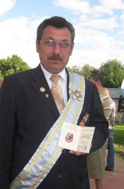 מורגנובסקי מציג בגאווה את מדליית החינוך של 'גן ישראל'