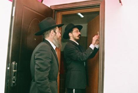 הרב שלמה וילהלם והרב יעקב מוזיקנט בקביעת מזוזה במבנה