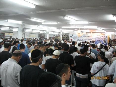 מאות יהודים במעמד אמירת סליחות בחודש אלול