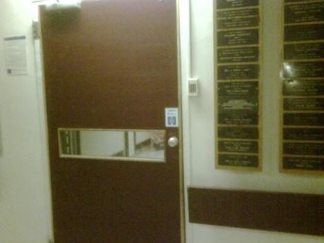 הכניסה לחדרו של הרב רוזנברג, הלילה