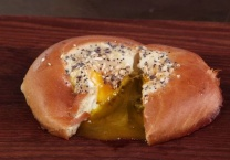 באנו לשדרג מתכון לביצת עין אפויה בתוך בייגל - ארוחת בוקר מושלמת