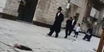 הם לא נרגעים קיצונים הפגינו מול ביתו של מאיר פרוש רוצח