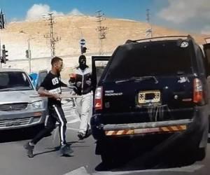 האלימות בדרום: רעולי פנים תקפו נהג רכב במוטות ברזל. צפו