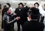תיעוד מאניפולי החסידים התאספו ושרו מנחה, העגלון הגוי הצטרף לריקוד