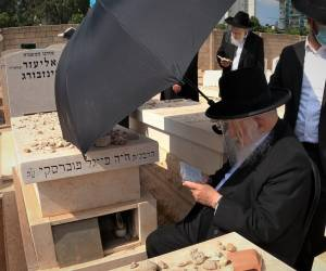 """לרגל היארצייט: ראש הישיבה הגרב""""ד פוברסקי עלה לקברה של אמו • תיעוד"""