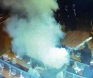צפו בווידאו: חברי האופוזיציה בקוסובו ריססו גז מדמיע בפרלמנט