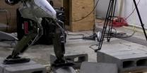 צפו כך מלמדים רובוט אנושי לעקוף מכשולים