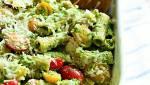 ארוחה משפחתית מהירה: מתכון לפסטה מחיטה מלאה אפויה ברוטב פסטו ועגבניות
