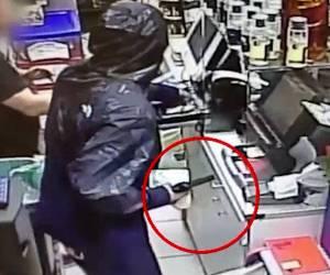המצלמה תיעדה: שדדו קיוסק באיומי אקדח ונעצרו • צפו בשוד