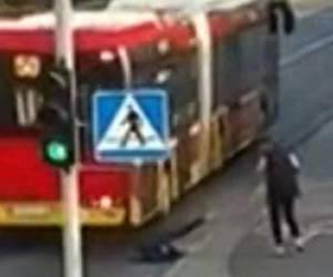 הדוחפת נקנסה: וידאו: נדחפה מתחת לגלגלי אוטובוס וניצלה