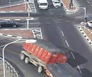 צפו בווידאו: התהפכות המשאית בצומת נקלטה במצלמות