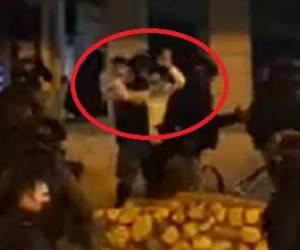 """הפרעות בב""""ב. צפו: מחריד: הנער החרדי ניצל ממכות השוטרים, עם ידיים מורמות"""