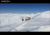 לבן בחרמון צפו כך מנקים את עמודי הרכבל מהשלג