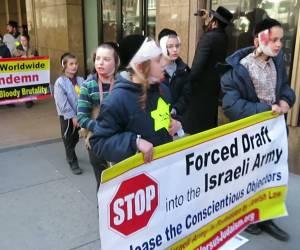 """תיעוד קשה: מחו נגד """"שלטון הרשע"""": גרסת הקיצונים לתמונה המחרידה מהשואה (1)"""