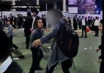 תיעוד מזעזע מהפגנת הפלג נערים וילדים תקפו בחורה באלימות ובצרחות שיקסע. צפו