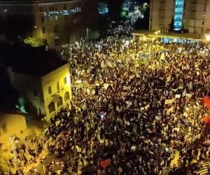 """""""אנחנו לא חייזרים"""": כ-15,000 הפגינו נגד נתניהו; שלושה נעצרו"""