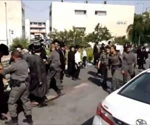 מהומות בלשכת הגיוס: בגלל מעצר עריק: שוטרות נאבקו במפגינים הקיצוניים • צפו