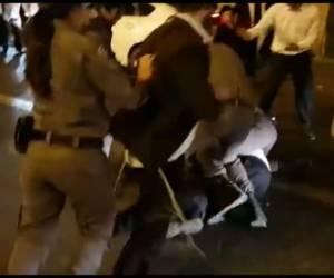 כעס ששוטרות מפנות: נחשד שתקף שוטרת - והותקף בחזרה • צפו