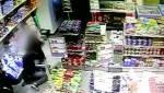כתב אישום: גנב סיגריות ותקף את המוכרת • צפו בתיעוד