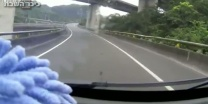 התהפכות מפתיעה משאית מתהפכת ונעלמת מהכביש • צפו